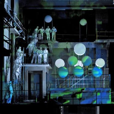«Big Bang» – multimediales Spektakel von Gisela Widmer und Annette Windlin nach Oskar Panizzas Satire «Das Liebeskonzil». Regie Annette Windlin